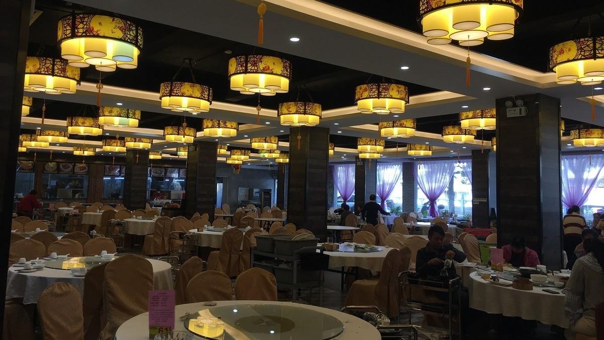 中餐厅使用中式传统的灯具,生意火爆